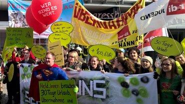 Aktive der ver.di Jugend mit ihren transparenten Forderungen am 16. März bei den Tarifverhandlungen in Potsdam