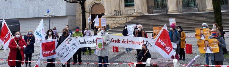 Rote Karte für das Kita-Gesetz in Niedersachsen!